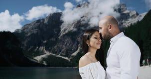 Speelt het close-up jonge paar in liefde passionately met elkaar in het midden van fantastisch landschap in stock video