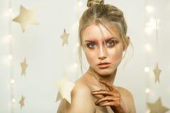 Speelt het portiers rode jonge meisje, mooie samenstelling, kapsel, helder beeld, mee Stock Foto
