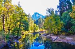 Spegel av den halva kupolen i nedgången, Yosemite nationalpark Royaltyfria Foton