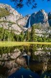 Spegel av Yosemite Falls i Yosemite ängar Royaltyfri Bild