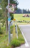Spegel för att se trafik runt om ett hörn Arkivfoto