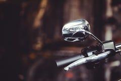 Spegel för bakre sikt för motorcykel, trafiksäkerhet på vägen, på en mörk bakgrund Arkivbild