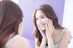 Spegel för leendekvinnablick Arkivbild