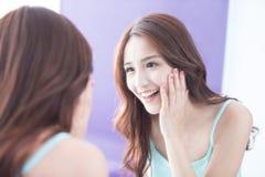 Spegel för leendekvinnablick royaltyfri foto