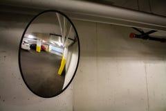 Spegel för parkeringsgarage arkivbild
