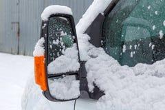Spegel för sida för chaufför` s av lastbilen som täckas med snö royaltyfria bilder