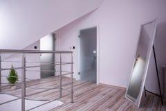 Spegel i den tomma korridoren Arkivbild