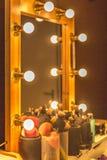 Spegel med träramen och strålkastare som används för yrkesmässig makeup royaltyfri foto