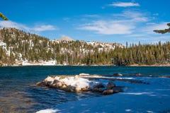 Spegel sjö i medicinpilbågenationalskogen, Wyoming Arkivbild