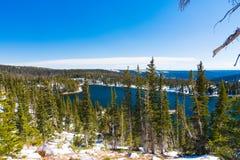 Spegel sjö i medicinpilbågenationalskogen, Wyoming Royaltyfri Bild