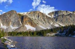 Spegel sjö, snöig område, Wyoming royaltyfria foton