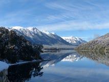 Spegel sjö som reflekterar dess härliga berg, villaLaangostura Argentina royaltyfri foto