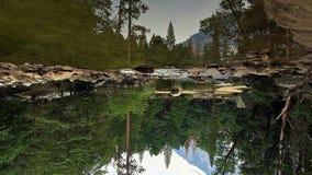 Spegel sjö uppochnervända Yosemite arkivbild