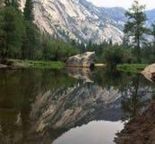 Spegel sjöYosemite nationalpark fotografering för bildbyråer