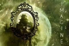 Spegel som en bakdörr till en annan dimensionell värld av en slott i ett unikt abstrakt galaxkonstverk arkivbilder