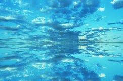 Spegelbild av oklarheter och den blåa skyen royaltyfri fotografi