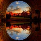 Spegelbild till och med en tunnel Autumn Landscape arkivbild