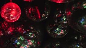 Spegelbollar reflekterar strålar av kulöra ljus stock video