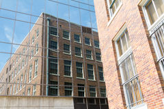 Spegelförsedd byggnad med reflexion Fotografering för Bildbyråer