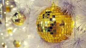 Spegelförsedd diskoboll och julpynt på en vit bakgrund fotografering för bildbyråer