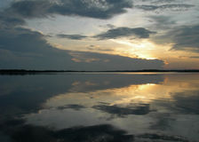 Spegelförsedd solnedgång i amason Arkivbild