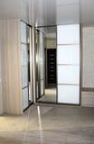 Spegelförsedda garderober för glidningsdörr Arkivbilder
