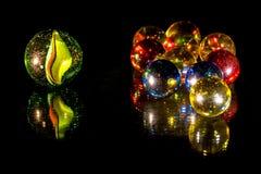 Spegelförsedda glass pärlor arkivbilder