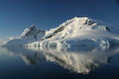 spegelförsett berg för Antarktis Arkivfoton