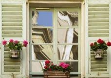 spegelförsett fönster Arkivfoto