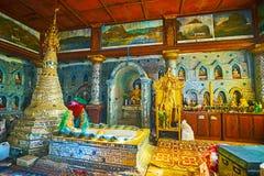 Spegelkorridor av den gästgivargårdThein relikskrin, Inle sjö, Myanmar Fotografering för Bildbyråer