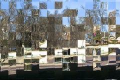 Spegelmosaiken reflekterar allt omkring i mitten av den Paris staden arkivbild