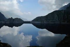 Spegeln under himlen Arkivfoto