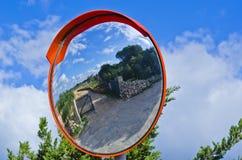 Spegelreflexion av en lantbrukarhemingång Royaltyfri Bild