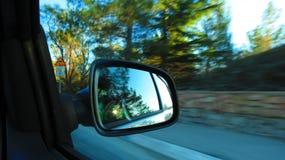 Spegelsikt i bil på hastighet Royaltyfri Foto