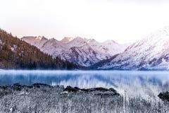 Spegelyttersida av bergsjön Härlig natur, en tur till bergen i en nationalpark i den Altai republiken Royaltyfri Fotografi