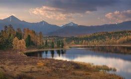 Spegelyttersida härlig afton Autumn Landscape With Mountain Range för sjö på bakgrund Royaltyfri Fotografi