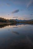Spegelyttersida vertikal riktning Autumn Landscape With Mountain Range för sjö i tidiga Eveing med stjärnor på himlen royaltyfria foton