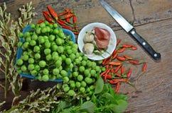 Speicher der frischen Früchte und der Kräuter für das Kochen von thailändischen Arten Stockfoto