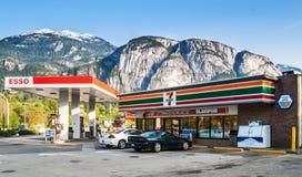 Speicher 7-Eleven und Esso-Tankstelle in Squamish Stockfotos