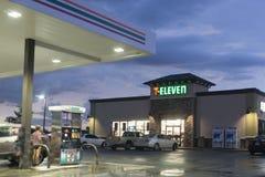 Speicher 7-Eleven und Tankstelle Lizenzfreie Stockfotos