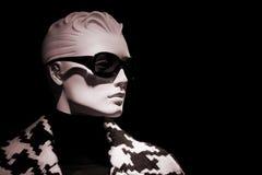 Speicher-Mannequinfrau des Shops blinde in der Sonnenbrille Stockfotografie