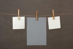 Speicheranmerkungs-Papierhängen am Netzkabel lizenzfreies stockfoto