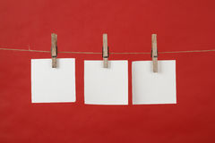 Speicheranmerkungs-Papierhängen am Netzkabel lizenzfreie stockbilder