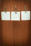 Speicheranmerkungs-Papierhängen am Netzkabel stockfotografie