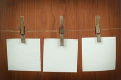 Speicheranmerkungs-Papierhängen am Netzkabel lizenzfreie stockfotografie