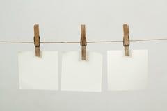 Speicheranmerkungs-Papierhängen am Netzkabel stockfoto