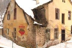 Speichern Sie Aktivistenlogo Rosia Montana auf Ruine Stockfotografie