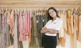 Speichern Sie Assistenten-bereitstehende hängende Kleidung im Speicher Lizenzfreie Stockbilder