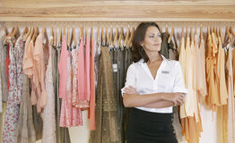 Speichern Sie Assistenten-bereitstehende hängende Kleidung im Speicher Lizenzfreie Stockfotos