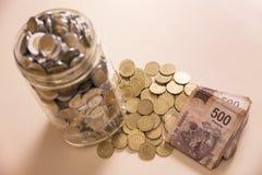 Speichern Sie Banknoten und Münzen der mexikanischen Pesos Lizenzfreie Stockfotografie